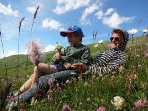 Grand-mère et petit fils dans herbe